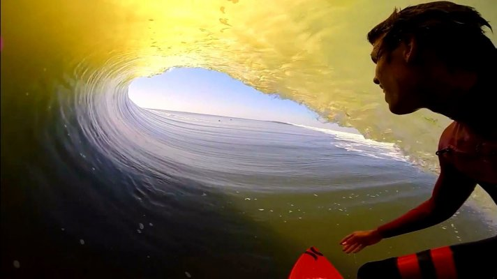 Koa Smith dans le plus long squelette Barrel Bay POV de l'intérieu